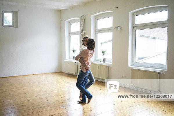 Reife Paare tanzen im leeren Raum