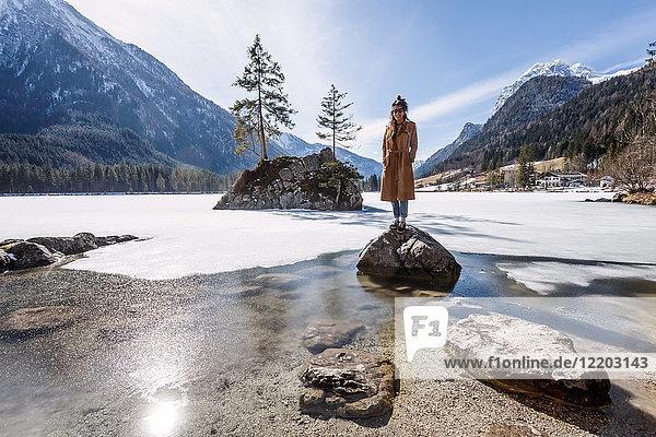 Deutschland  Bayern  Ramsau  junge Frau auf Stein stehend  Hintersee