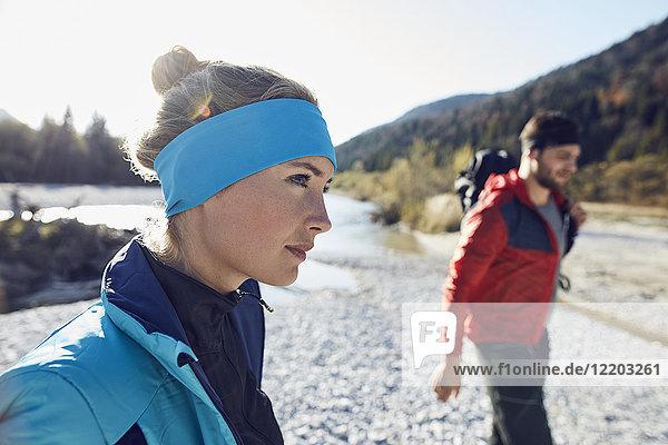 Frau und Mann beim Wandern am Flussufer