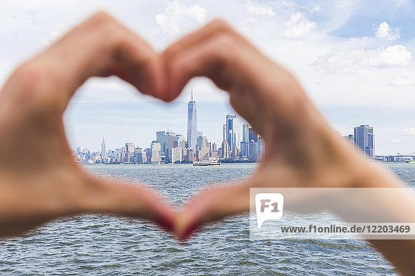 USA  New York  herzförmige Hände vor der Skyline von Manhattan