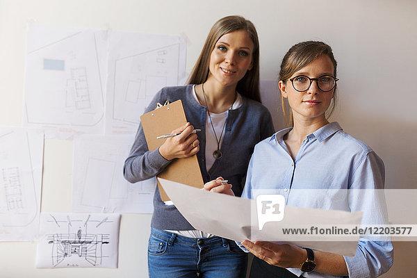 Architektinnen  die an einem Projekt arbeiten  sehen selbstbewusst aus.