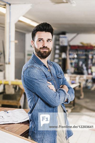 Porträt eines lächelnden Mannes in der Werkstatt