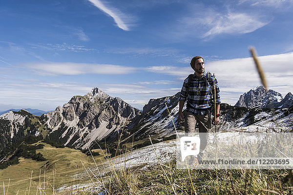 Österreich,  Tirol,  junger Mann beim Wandern in den Bergen