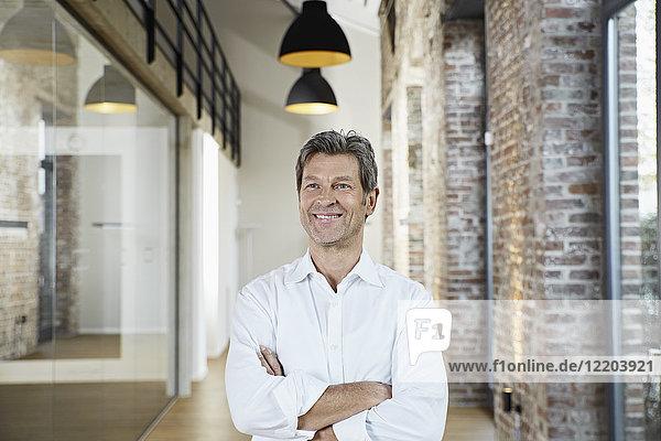 Porträt eines lächelnden Geschäftsmannes im modernen Büro
