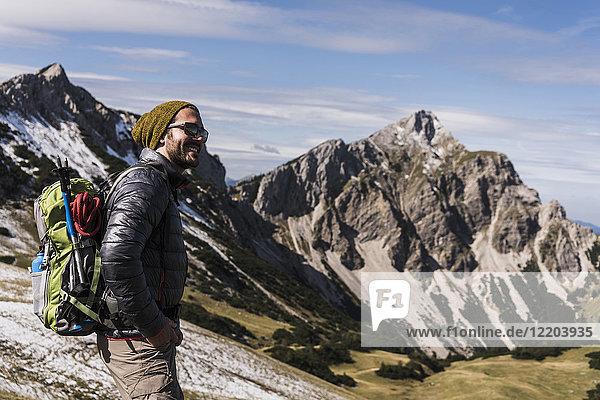 Österreich  Tirol  lächelnder junger Mann beim Wandern in den Bergen