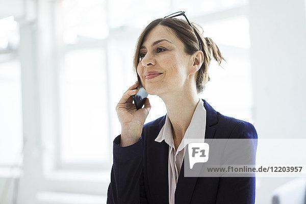 Porträt einer lächelnden Geschäftsfrau auf dem Handy