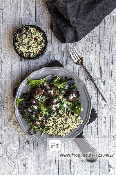Falafelteller  Salat  Joghurtsauce mit Minze und Tabbouleh