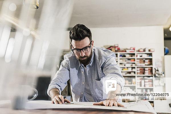 Mann arbeitet am Bauplan
