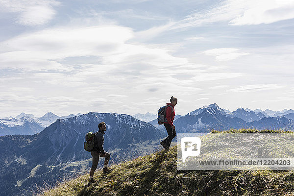 Austria  Tyrol  young couple hiking in the mountains