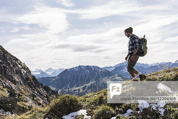 Österreich  Tirol  junger Mann beim Wandern in den Bergen