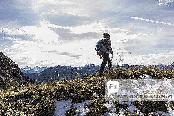 Österreich  Tirol  junge Frau beim Wandern in den Bergen