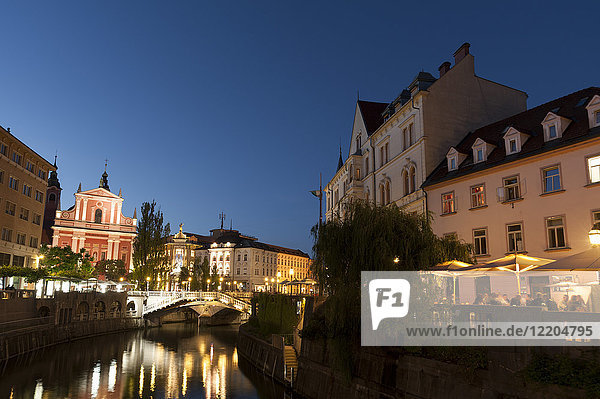 Franciscan Church of the Annunciation and Triple Bridge over the Ljubljanica River at dusk  Ljubljana  Slovenia  Europe