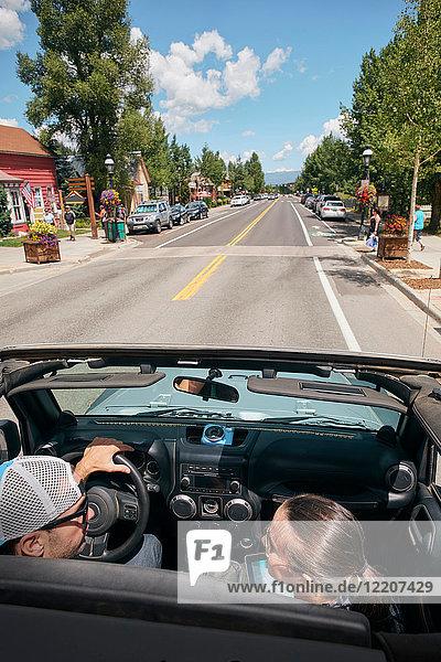 Durch die Stadt fahrendes Roadtrip-Ehepaar  Breckenridge  Colorado  USA