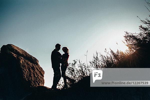 Tiefblick auf ein romantisches Paar mittlerer Erwachsener im Gegenlicht an der Küste  Oblast Odessa  Ukraine