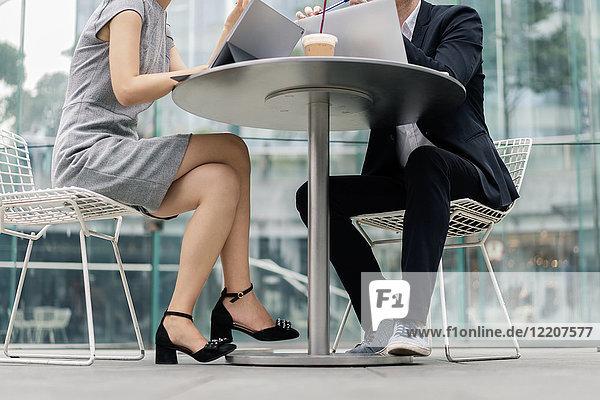 Junge Geschäftsfrau und Mann treffen sich im Straßencafé  Blick von oben auf den Hals