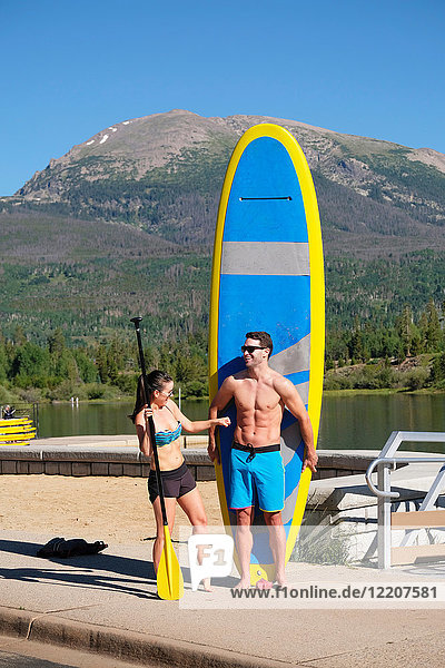Paddelbootfahrerehepaar mit Paddelbrett am Seeufer  Frisco  Colorado  USA