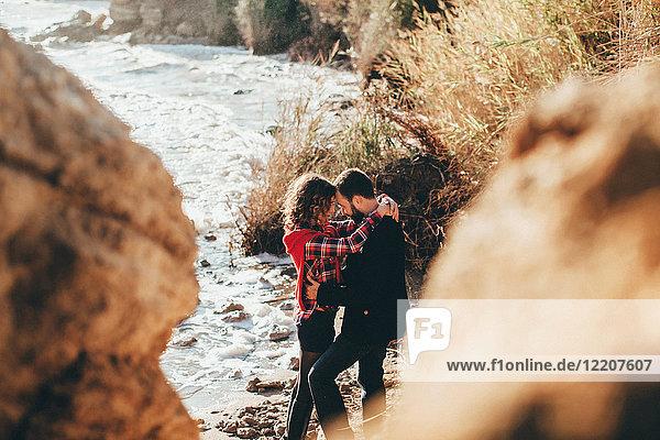 Romantisches Paar mittlerer Erwachsener mit umarmten Armen am Strand  Oblast Odessa  Ukraine