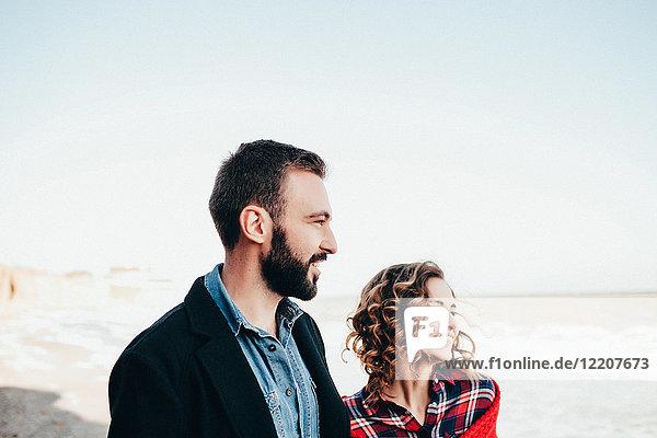 Romantisches Paar mittlerer Erwachsener mit Blick auf den Strand  Oblast Odessa  Ukraine