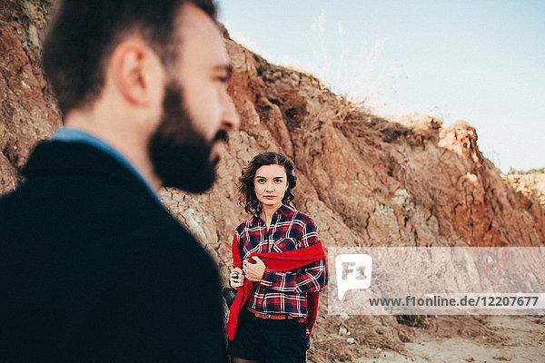Mittlere erwachsene Frau  die ihren Freund am Strand anschaut  Oblast Odessa  Ukraine