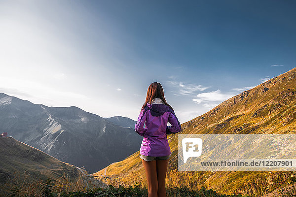 Rückansicht einer jungen Frau mit Blick auf die Berglandschaft  Draja  Vaslui  Rumänien