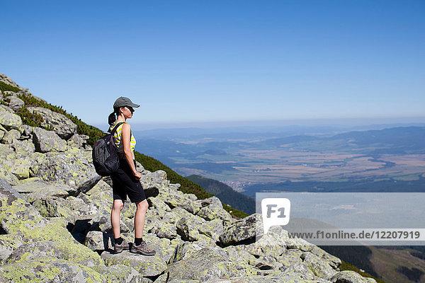 Wanderer genießt Aussicht vom Gipfel  Starý Smokovec  Presov  Slowakische Republik