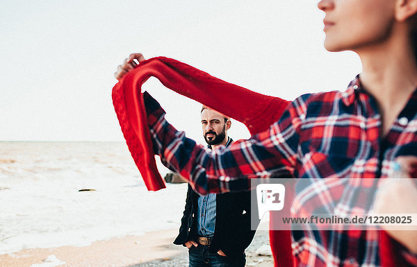 Mittelgroßer erwachsener Mann und Freundin am Strand  Oblast Odessa  Ukraine