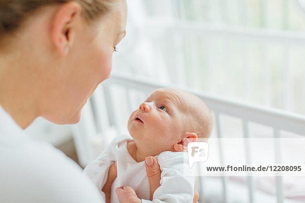 Junge Frau von Angesicht zu Angesicht mit Baby-Tochter  beschnitten