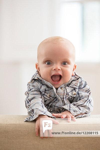 Porträt eines Jungen  lachend