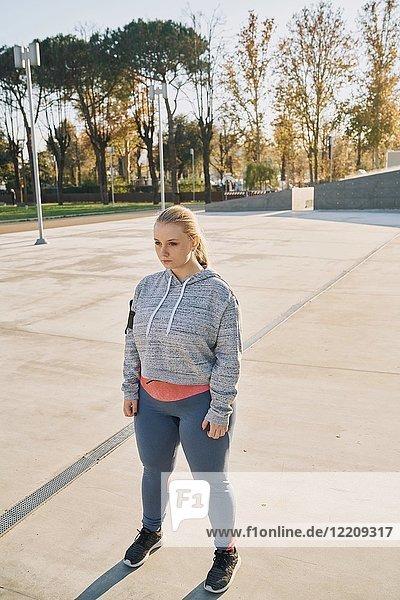 Kurvenreiche junge Frau beim Training  stehendes Anstarren