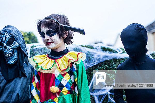 Jungen im Halloween-Kostüm  im Freien