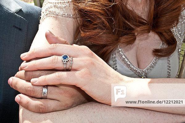 Braut und Bräutigam  Händchen haltend  Nahaufnahme  Mittelteil