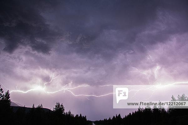 Blitze am Himmel über den kanadischen Rocky Mountains  Region Kootenay  Fernie  Britisch-Kolumbien  Kanada