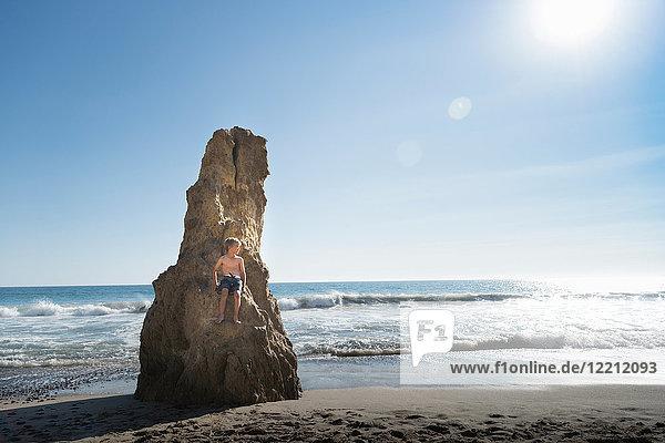 Junge am Felsen  El Matador Beach  Malibu  USA