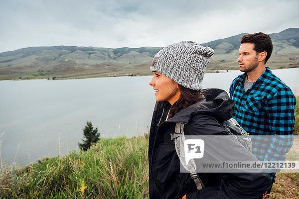 Paar beim Wandern  neben dem Dillon Reservoir stehend  Blick auf Aussicht  Silverthorne  Colorado  USA