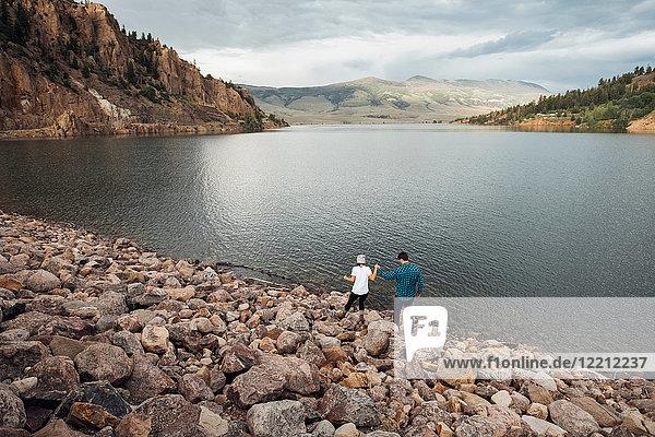Paar beim Wandern auf Felsen neben dem Dillon Reservoir  erhöhte Ansicht  Silverthorne  Colorado  USA