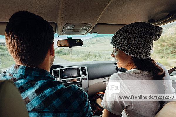 Ehepaar im Auto  auf Autoreise  Rückansicht  Silverthorne  Colorado  USA
