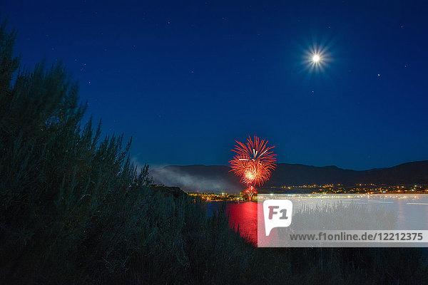 Feierlichkeiten zum Kanada-Tag über dem Okanagan-See  Vollmond am Himmel  Penticton  Britisch-Kolumbien  Kanada