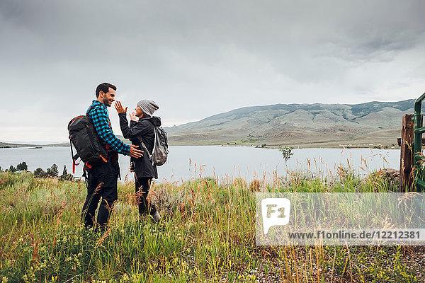 Paar beim Wandern  neben dem Dillon Reservoir stehend  von Angesicht zu Angesicht  Silverthorne  Colorado  USA