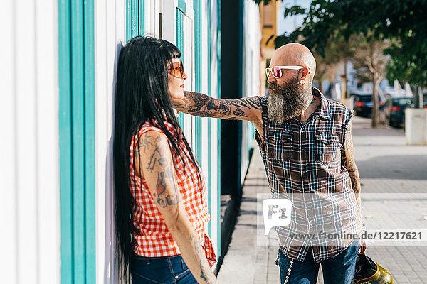 Reifes Hipster-Paar von Angesicht zu Angesicht auf dem Bürgersteig