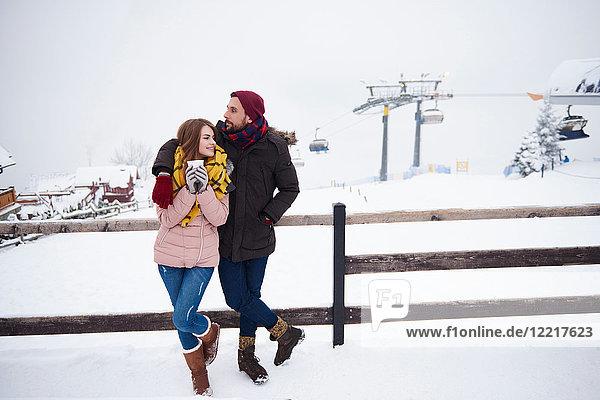 Junges Paar entspannt im Skigebiet  Zakopane  Malopolskie  Polen