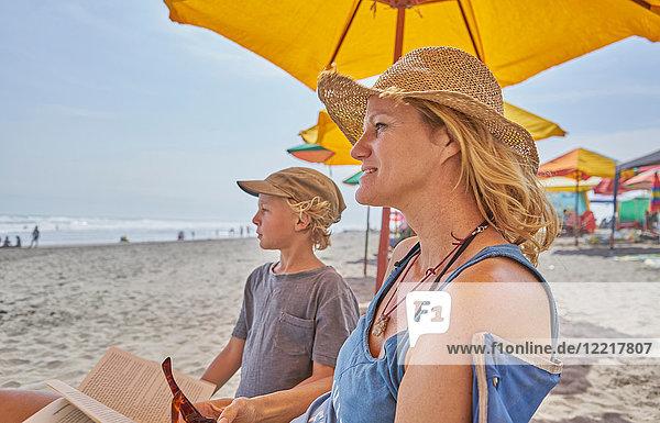 Reife Frau und Sohn entspannen sich am Strand  Camana  Arequipa  Peru