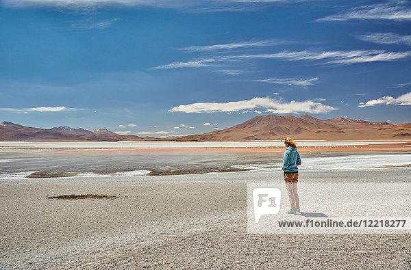 Frau stehend  schaut auf Ansicht  Laguna Colorada  Colorada  Potosi  Bolivien  Südamerika