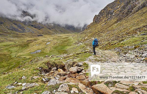 Frau beim Trekking durch die Landschaft  Ventilla  La Paz  Bolivien  Südamerika