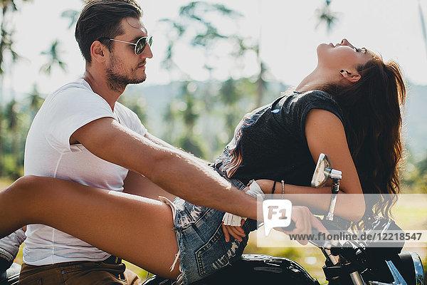 Junge Frau rittlings auf dem Motorrad  Krabi  Thailand