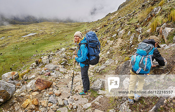 Mutter und Sohn  Trekking durch die Landschaft  Ventilla  La Paz  Bolivien  Südamerika