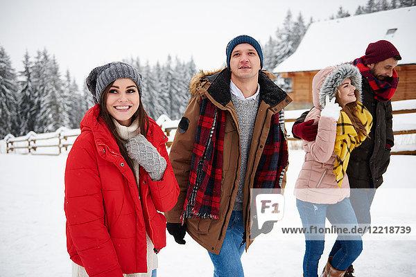 Freunde wandern im Schnee