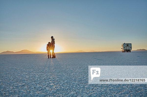 Mutter und Sohn stehen auf Salinen und schauen auf die Aussicht  Salar de Uyuni  Uyuni  Oruro  Bolivien  Südamerika