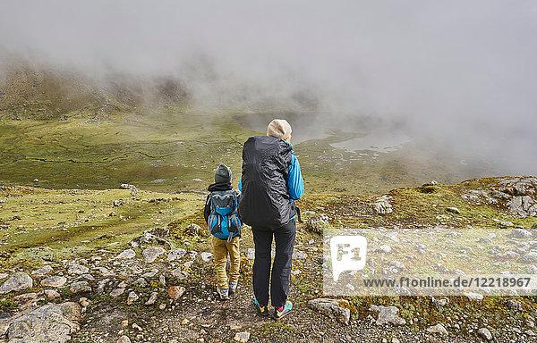 Mutter und Sohn  Trekking durch die Landschaft  Rückansicht  Ventilla  La Paz  Bolivien  Südamerika
