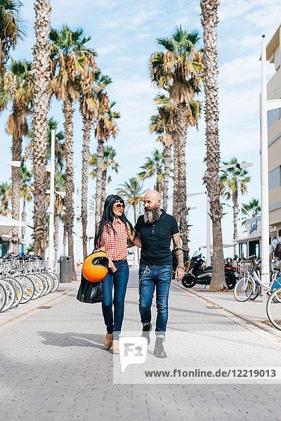 Älteres Hipster-Pärchen beim Spaziergang in der Fußgängerzone  Valencia  Spanien