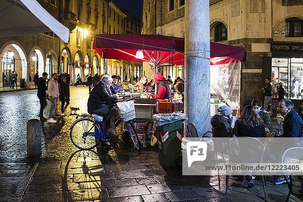 ITALY  VENETO  PADUA  PIAZZA DELLA FRUTTA  STREET FOOD STAND